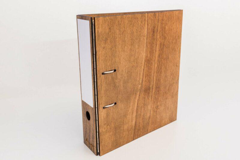 Ordner aus Holz individualisieren