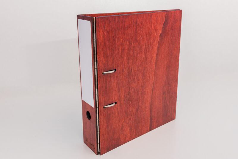 roter Aktenordner aus Holz